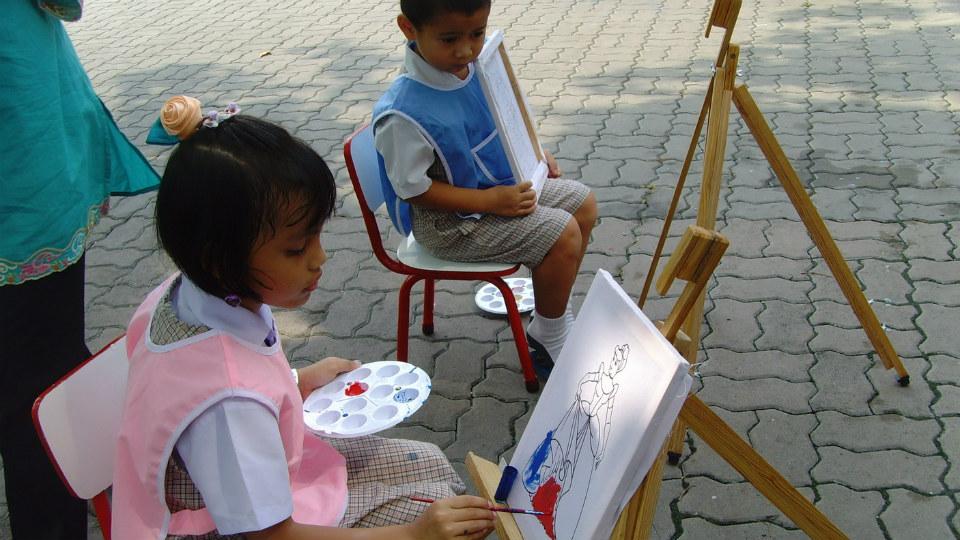 anak-anak yang belajar melukis