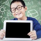 anak laki belajar matematika